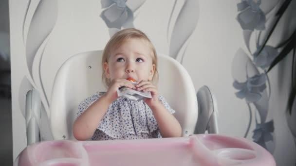 Baby Zitten Stoel.Happy Baby Kind Zitten In De Stoel En Eet Voedsel Uit Een Buis Door