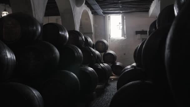 Barel řádky v objektu vinařství, vína porto sudy skladem na staré továrny, porto, Portugalsko