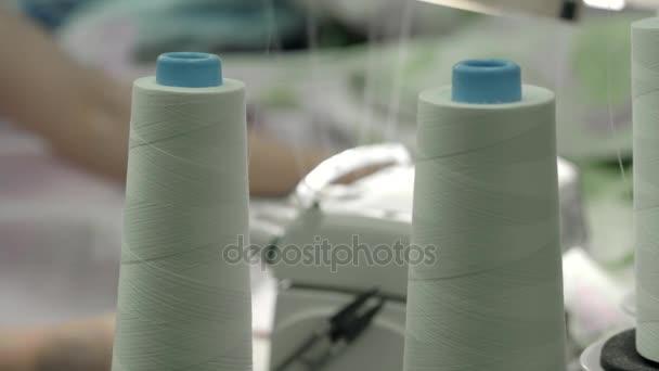 Zblízka pohled šicí stroj tvorby stehu na tkaniny módní oblečení