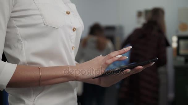Üzletasszony használ digitális tabletta Atm háttér, banki munka, üzleti nő visszavonása