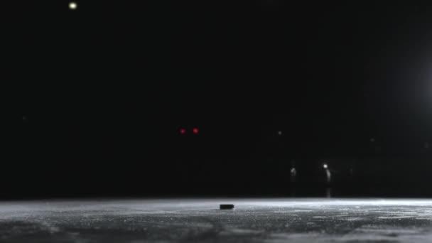 Hokejový hráč provádějící střela izolované na černém pozadí zblízka