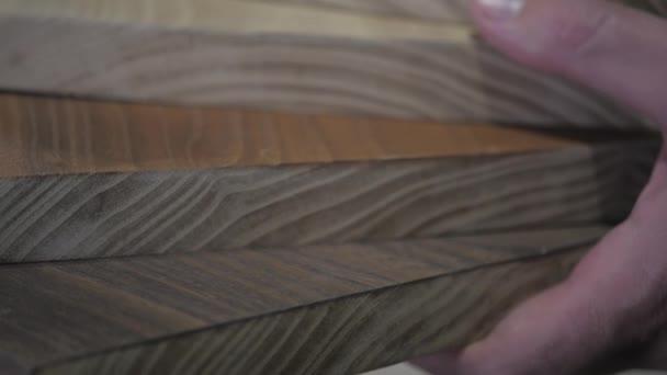 Farbpalette für Möbel auf Tabelle Nahaufnahme in Designer Hände Holz