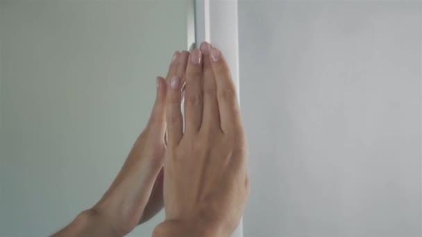 fürdőszoba interior, nőt érint tükör új bútorok közelről