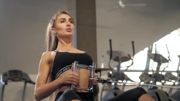 krásný svalnatý fit žena cvičení budování svalů, Žena sportovec cvičení vnitřní gym vzdělávání sport zdravé
