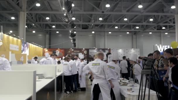 21 března, 2018, Moskva, Rusko: Metro Expo tabulka s cateringem potraviny o události hovězí steak kuchař vaření