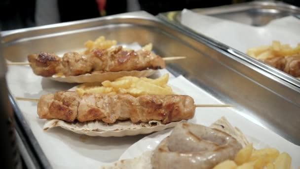 Grilované hovězí kebab na rozpáleném grilu detail. Jídlo trh městské akce