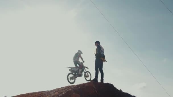 10 října 2017 Nižnij Novgorod, Rusko, závodníka na motocyklu účastní motocross cross-country v letu, skoky a startuje na SpringBoardu proti obloze. Koncept extrémní relaxace