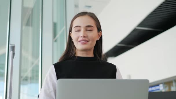 Letiště mladá žena cestující na chytrý telefon a notebook, sedí v odbavovací hale při čekání na její let, práce podnikatelka pracovní notebook terminálu, Žena cestování autobusové nádraží