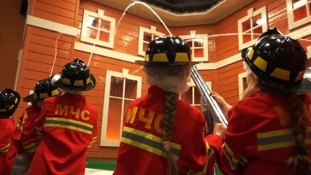 děti se učí povolání hasiče a hasiči uhasit plameny umělé kufry na house modelu