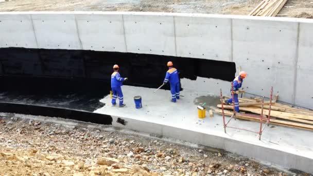 Beliebt Arbeiter führen Abdichtung von Beton mit Harz für die RS27
