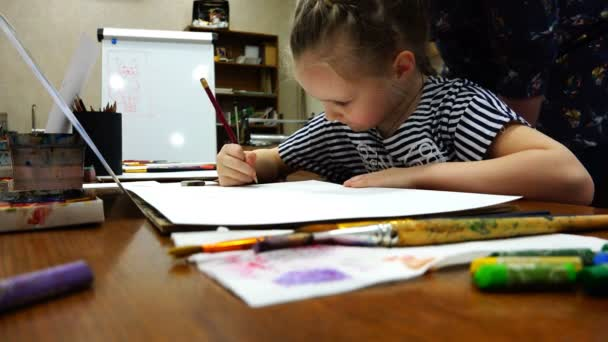 Egy fiatal iskolás művészeti iskola tanulmányok az alapokat a rajz