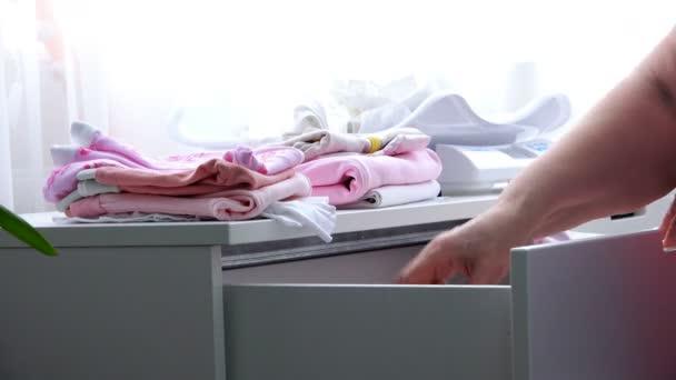 Hand stellt die Kinder Dinge in einer Truhe weiß im Schlafzimmer ...