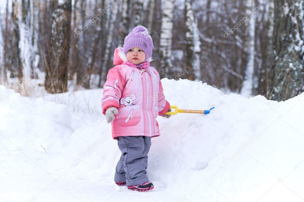 e03180c16 Baby spelen met de schop in de sneeuw — Stockfoto © vlade-mir  127651534