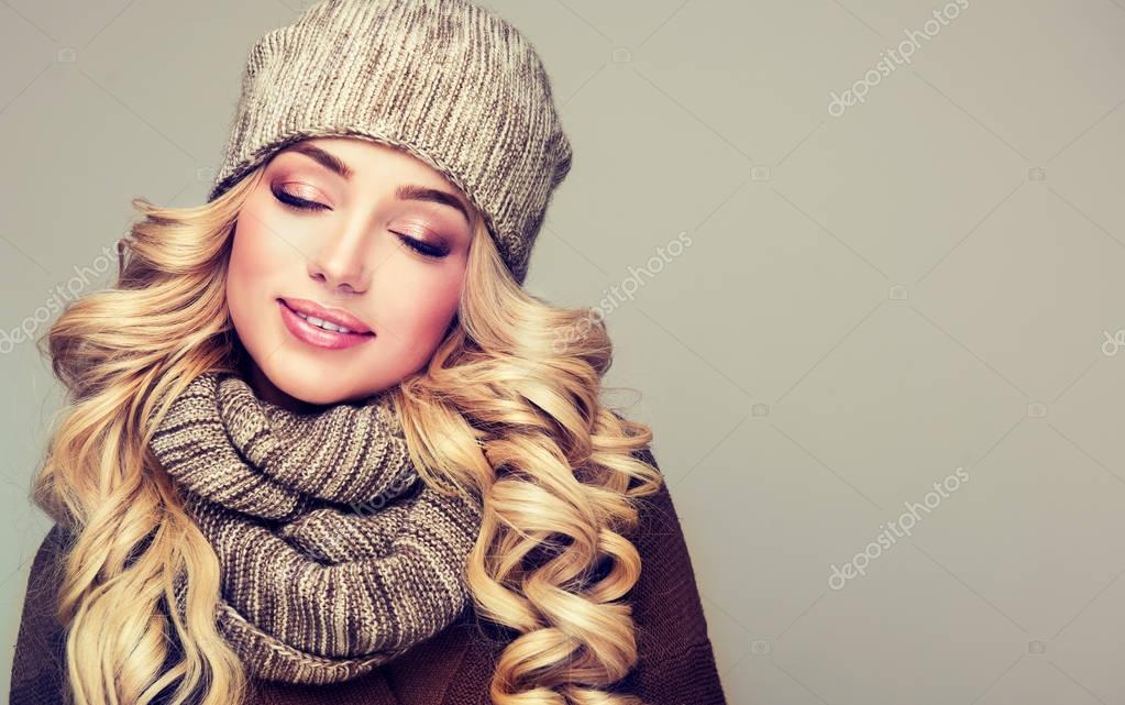 szőke nő gyapjú téli sapka — Stock Fotó © Sofia Zhuravets  130492740 7e53cb06ad