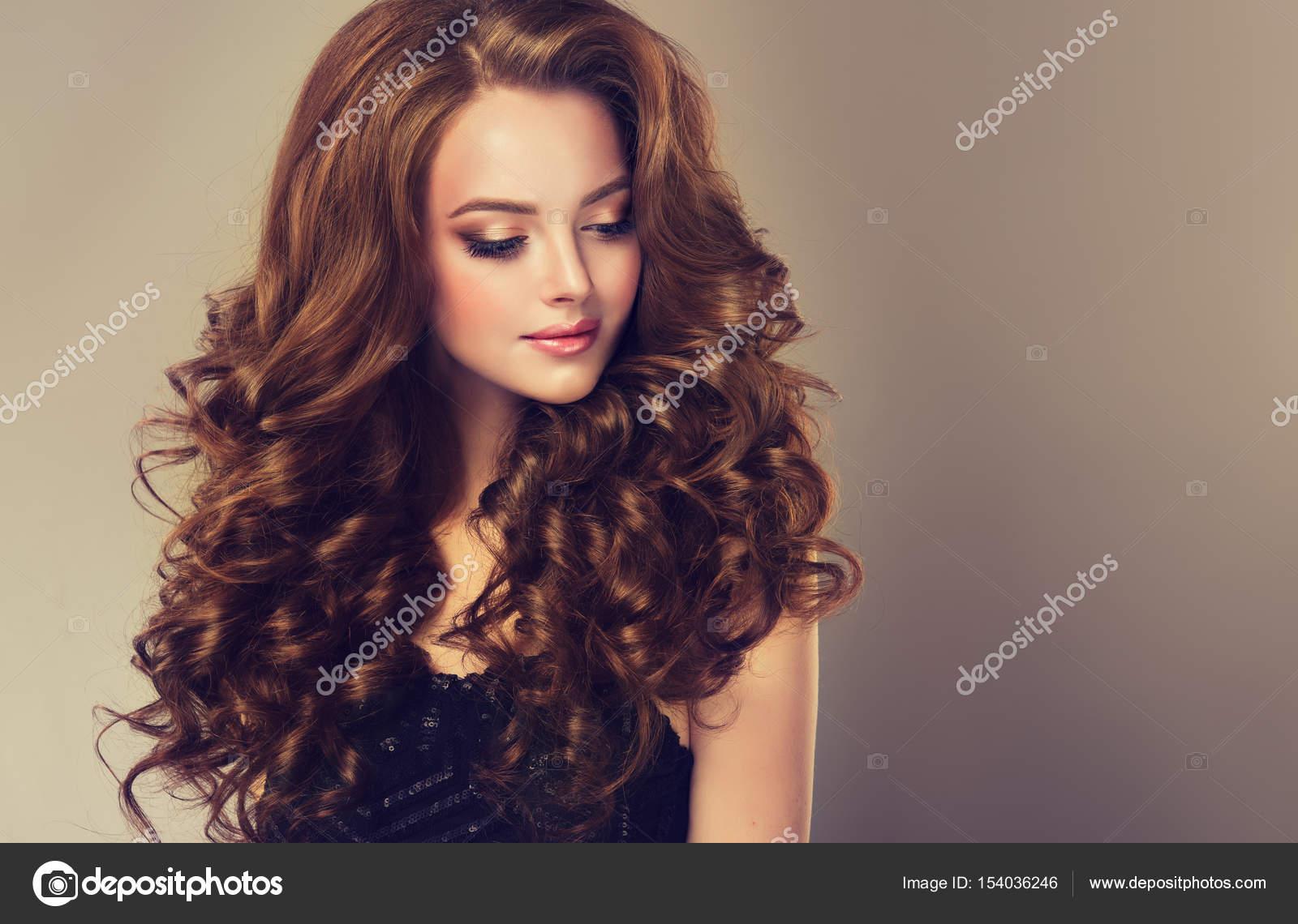 El pelo rizado largo