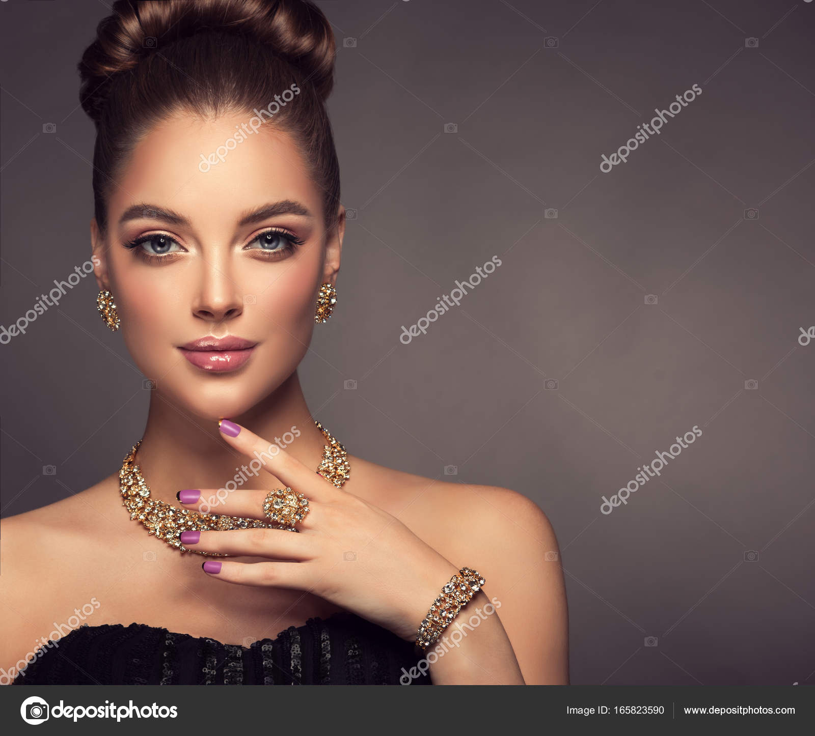 c9e7c49bfc7 Beautiful girl with jewelry . A set of jewelry for woman ,necklace ,earrings  and bracelet. Beauty and accessories. — Photo by Sofia_Zhuravets