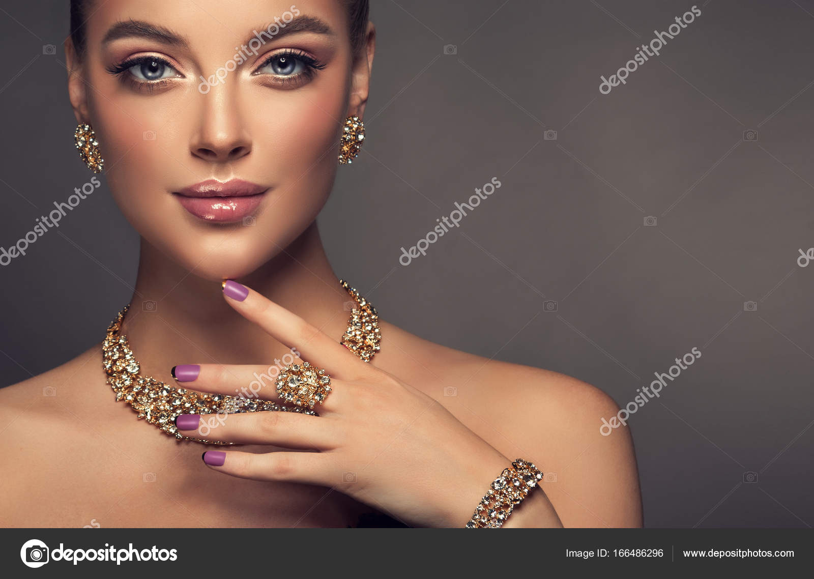1af42877328 Beautiful girl with jewelry . A set of jewelry for woman ,necklace ,earrings  and bracelet. Beauty and accessories. bijouterie — Photo by Sofia_Zhuravets