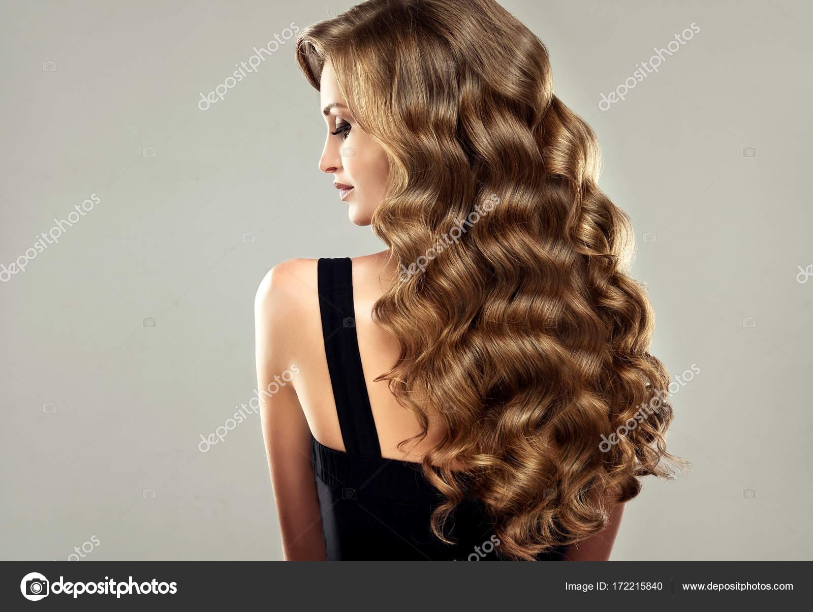 Dziewczyna Z Długie I Kręcone Włosy Zdjęcie Stockowe