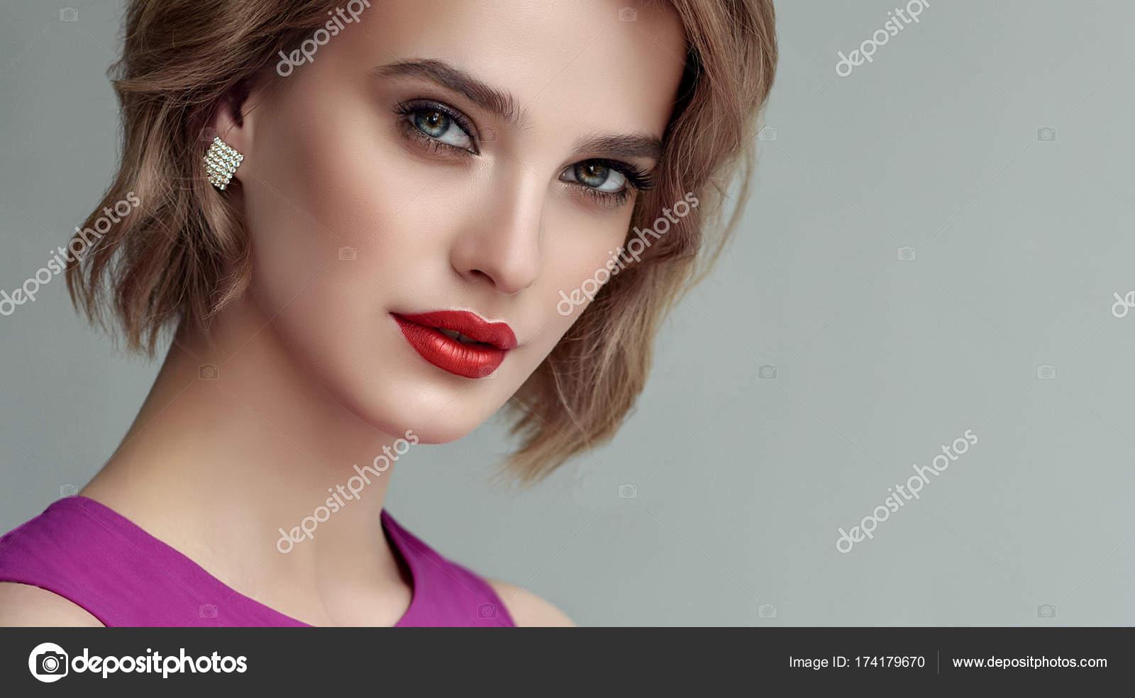 Dziewczyna Z Krótkie Włosy Faliste Zdjęcie Stockowe
