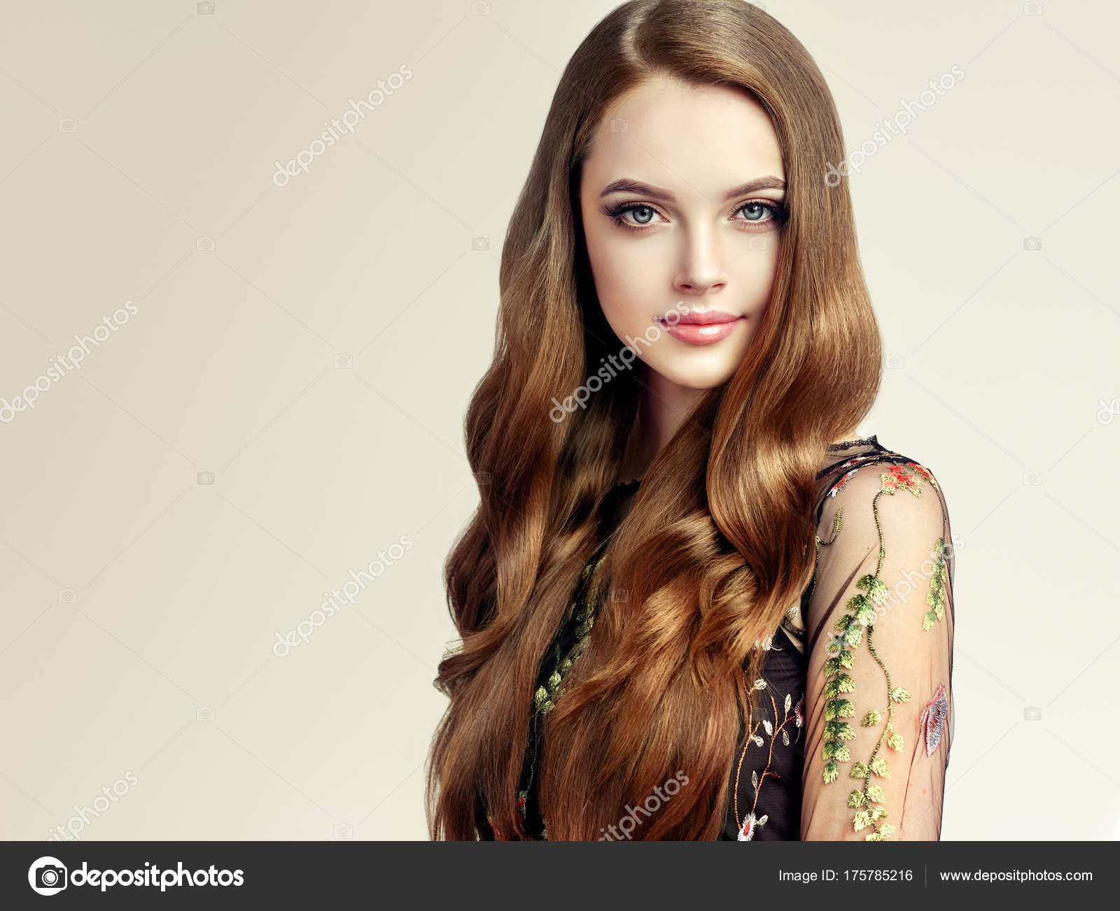 Brunette Girl Long Shiny Curly Hair Beautiful Model Woman Curly — Stock Photo