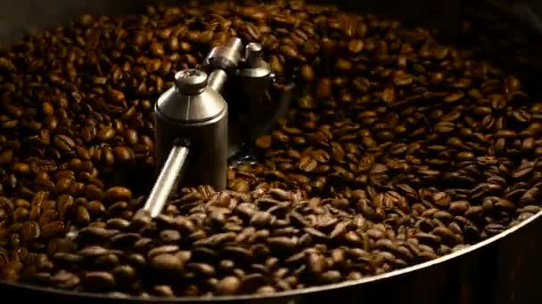 Kávová zrna v mlýnku. Čerstvá káva v profesionální kávovar. Aroma, pozadí.