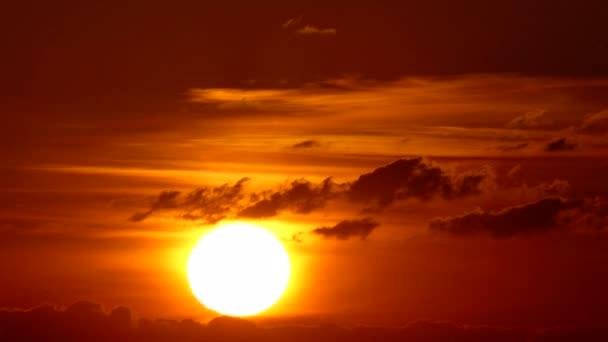 Velké slunce s mraky při východu slunce