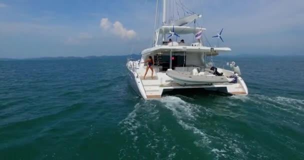 Katamaran segeln luxus  Antenne: Schöne Mädchen auf Luxus-Boot Segeln im Andaman Meer ...