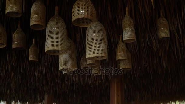 Kronleuchter Mit Blättern ~ Stroh dekorative kronleuchter hängen unter der palme blätter dach