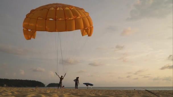 Egy ember a gazdaság egy ejtőernyős hátszél a strandon. TimeLapse.