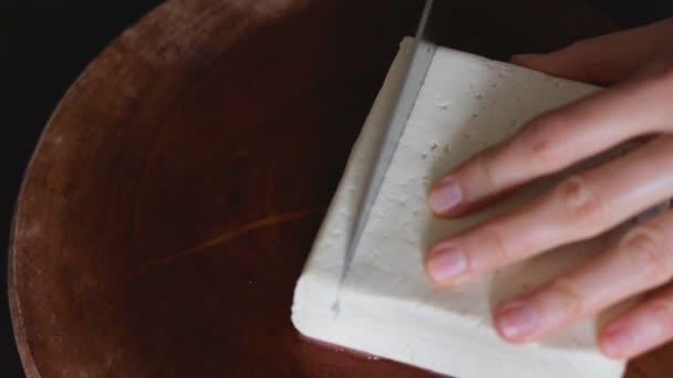 Tofu je oddělen ve velkých kusech na dřevěné desce