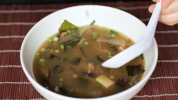 Zblízka miso polévky jedl s hůlkami a bílá