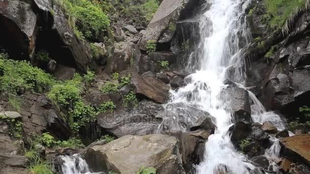 Nádherný vodopád v horách v létě
