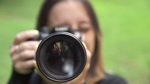 fotografo incornicia la fotocamera con un grande obiettivo della fotocamera