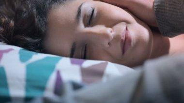 Sladký awakness: mladá žena je probuzen laskání její přítel