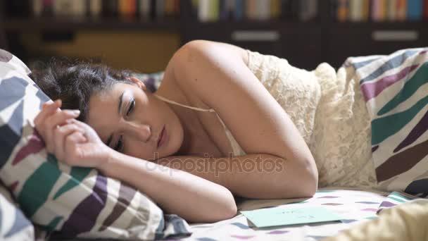 awakness:she mladá žena najde vzkaz: její přítel v posteli