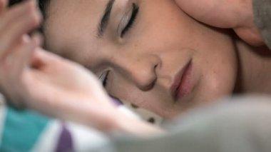 Detail mladá žena tiše probuzen ruku její přítel