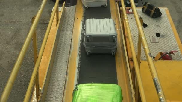 načítání kufry na rovině