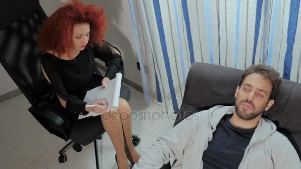 pohled shora na terapeutické sezení mezi pacientem a psycholog