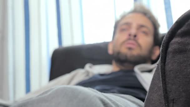 pacient na gauči, mluvit s psychologem