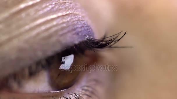 Nahaufnahme des weiblichen Auges auf dem Smartphone