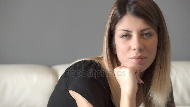 intenzivní pohled okouzlující žena