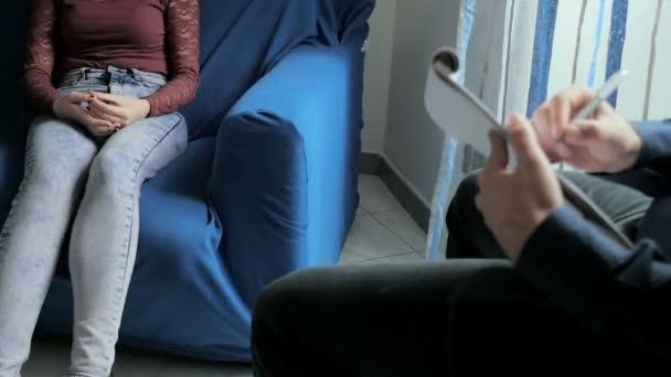 mladá žena sedí psycholog