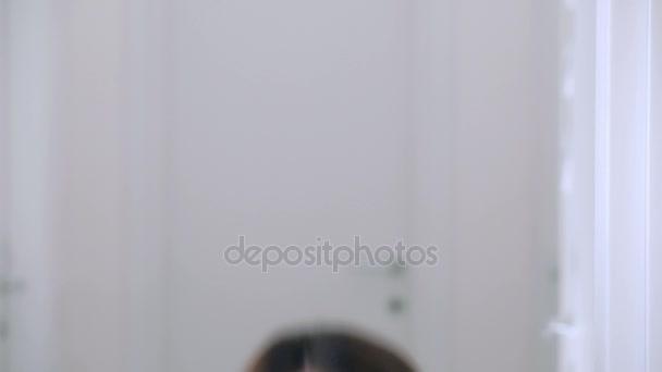 krásná a sexy žena fouká polibek na kameru