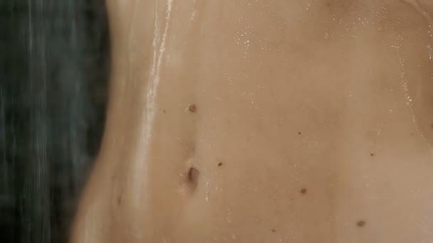 krásné břicho žena ve sprše