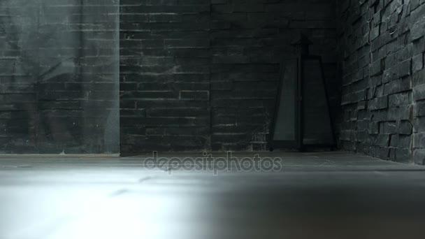 donna va a piedi nudi nella doccia