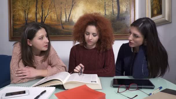 tři studenti směje a žertuje, zatímco oni studují