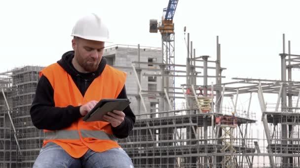 inženýr řídí projekt na tabletu