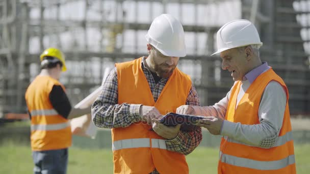 diskuse mezi vedoucí architekt a pracovník