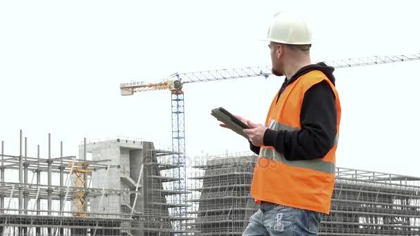 mérnök irányítja a projekt tabletta