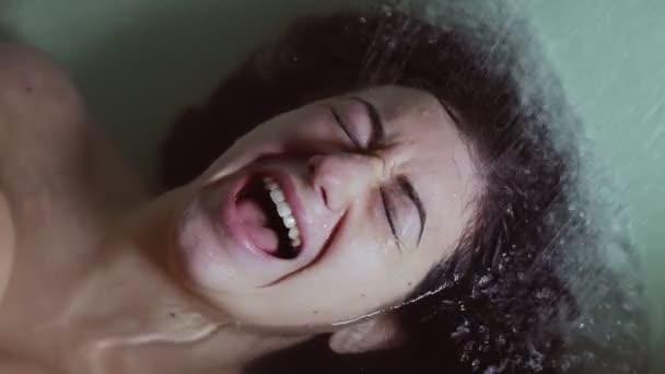deprese, bláznivá žena leží ve vaně zoufale křičí